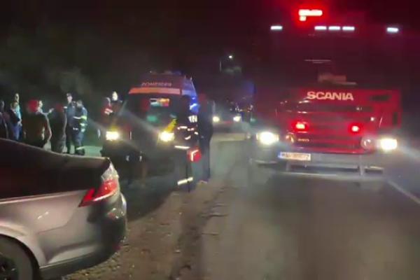 Accident grav pe DN 7. Șase persoane au fost rănite după ce s-au izbit două mașini