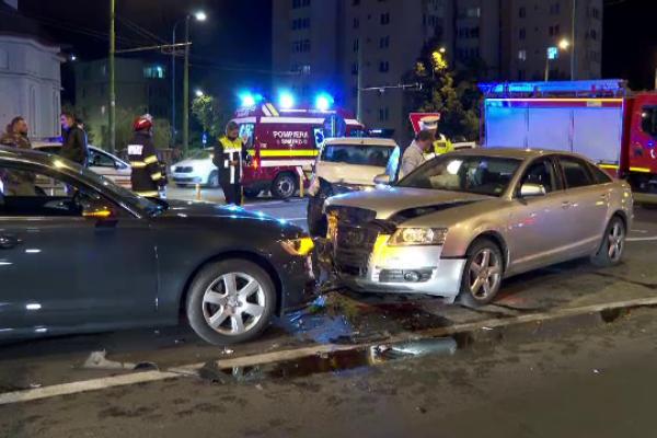 Carambol în Brașov. Un autoturism a sărit peste un sens giratoriu și a lovit alte trei mașini