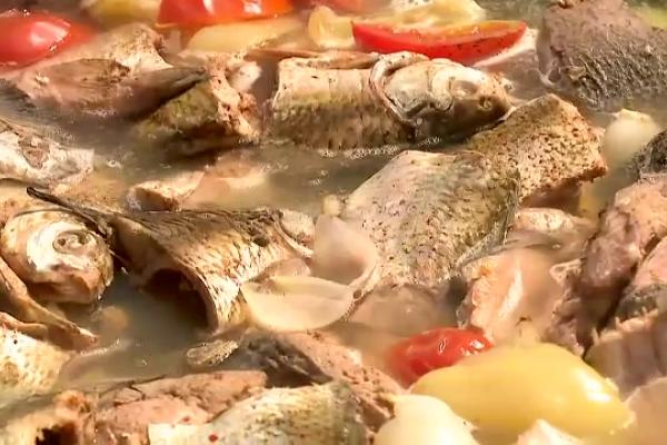 Timp de două zile, turiștii s-au înfruptat din preparatele din pește, la maratonul culinar de pe malul brațului Sulina