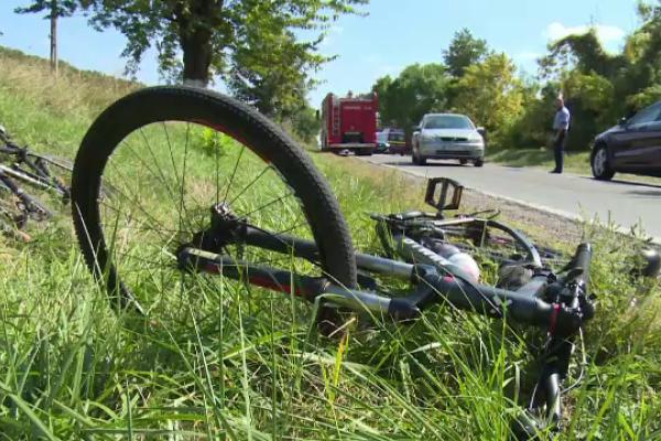 Un șofer a provocat un accident în care două persoane au fost rănite, apoi a fugit de la locul faptei