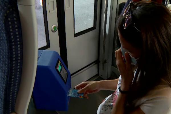 CFR Călători introduce plata cu cardul în trenuri. Pentru ce bilete se achită o supra-taxă