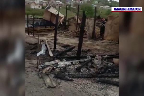 O familie cu nouă copii din Iaşi a rămas pe drumuri după ce un incendiu violent le-a distrus casa