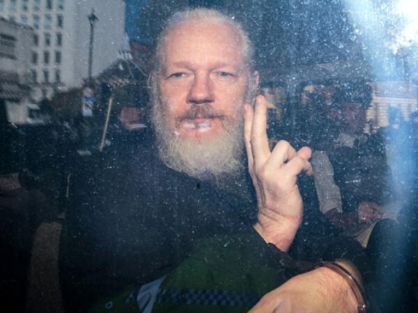 Fondatorul WikiLeaks, Julian Assange, a fost arestat în Ambasada Ecuadorului la Londra