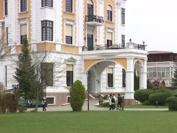 Cum poți primi o bursă la o școală străină în România