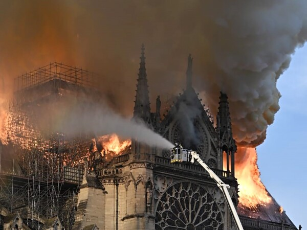 Incendiu devastator la catedrala Notre Dame din Paris