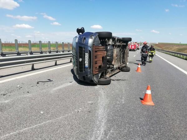 Microbuz cu 9 pasageri, răsturnat după explozia unui cauciuc. Mesajul de pe parbriz - 4