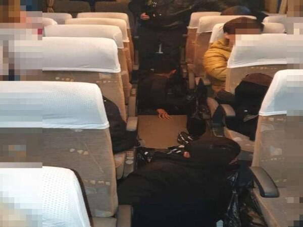 Au plătit 10.000 de dolari, apoi au ajuns să călătorească sub podeaua autocarului