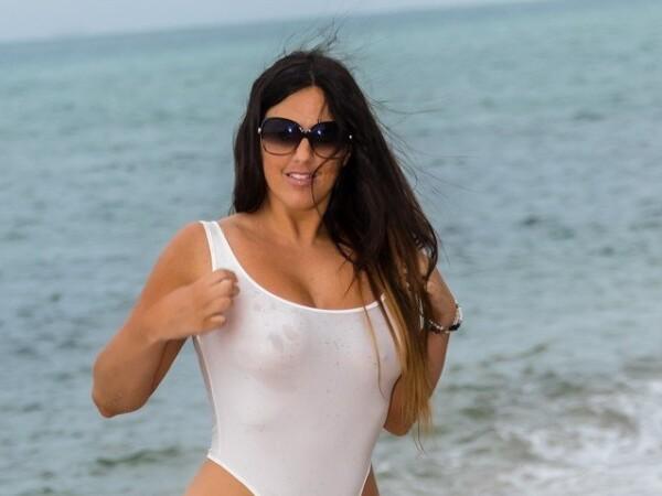 Supermodelul Claudia Romani, la plajă într-un costum de baie transparent