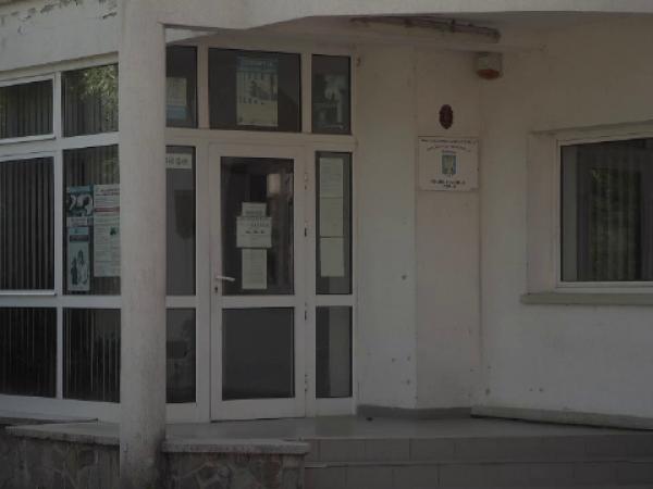 """Bărbatul care a spart sediul Poliţiei Cornu, prins. Localnic: """"E de-a râsul plânsului"""""""