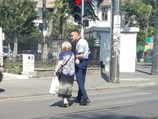 Polițiști premiați de Mihai Fifor, după ce au ajutat două bătrâne să treacă strada - 4