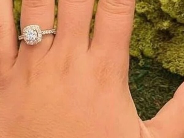 A vrut să se laude cu inelul de logodnă, dar un detaliu apărut în poză a stârnit controverse - 1