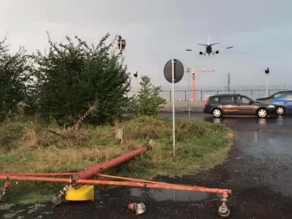 Stâlpi pentru ghidarea avioanelor, dărâmați de vânt