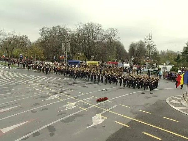 Zeci de mii de bucureșteni au urmarit, în frig, parada militară de Ziua Națională