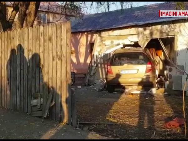 O soferiță a intrat cu mașina peste oameni în casă