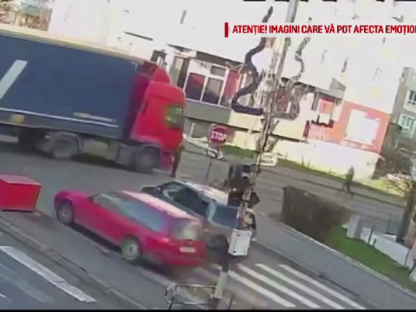 O femeie e lovită de un TIR pe trecerea de pietoni, în Suceava