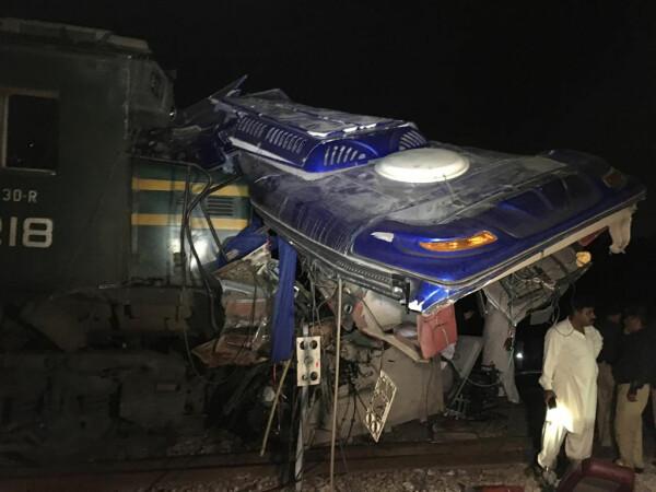 Autobuz retezat pe jumătate de tren, în Pakistan