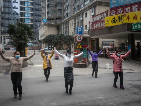 Locuitori din Wuhan, epicentrul epidemiei din China, încearcă să-și continue activitățile zilnice