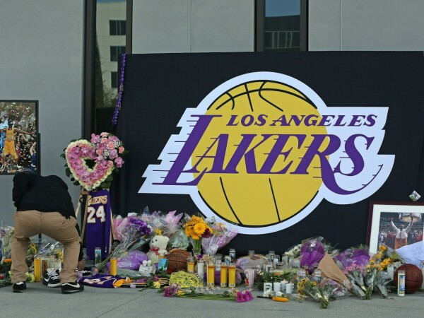 Altar în memoria lui Kobe Bryant, la sediul echipei Los Angeles Lakers