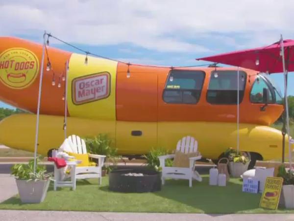 O mașină în forrmă de hot-dog, în loc de hotel pentru turiști. Cât costă o noapte de cazare