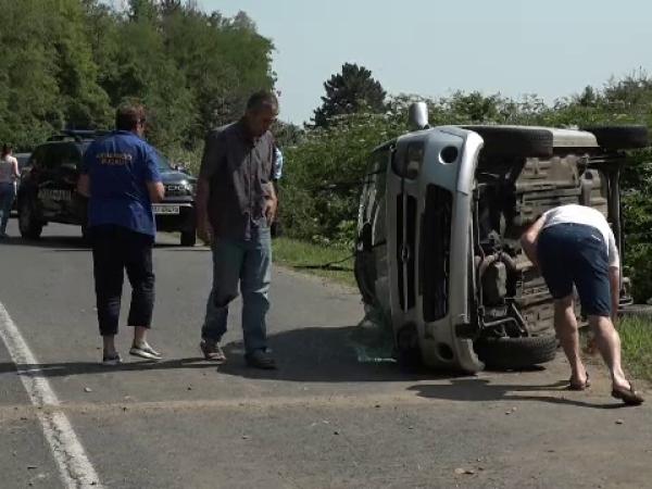 Trei tineri s-au răsturnat cu mașina, în Buzău