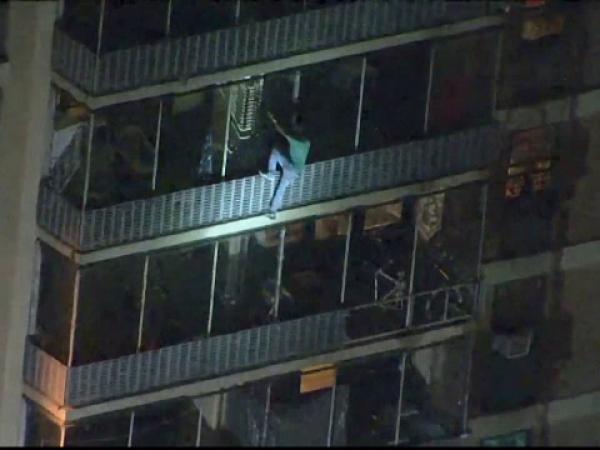 Momentul în care un bărbat a coborât pe exteriorul unui bloc cu 19 etaje din cauza unui incendiu