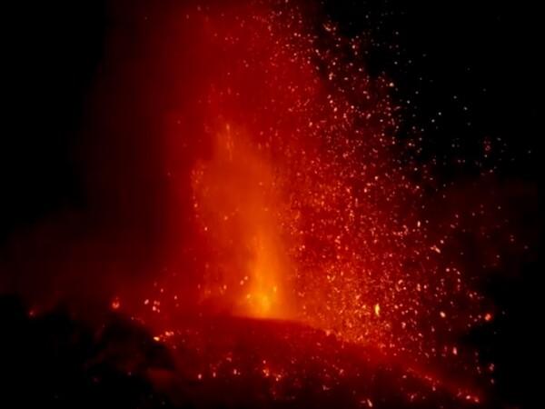 Momentul în care vulcanul Etna erupe din nou