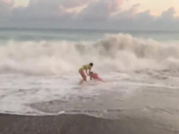 O fostă Miss Univers, la plajă într-un bikini minuscul. Pe cine a salvat din valuri