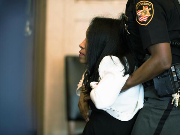 Momentul în care o judecătoare condamnată la închisoare e târâtă de polițiști - 1