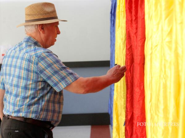 Un barbat isi exprima optiunea electorala la o sectie de votare din Bucuresti, in cadrul alegerilor locale 2016.
