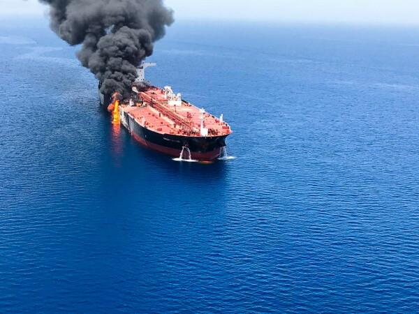 """Două petroliere, lovite în urma unui atac """"suspect"""" produs în Golful Oman"""