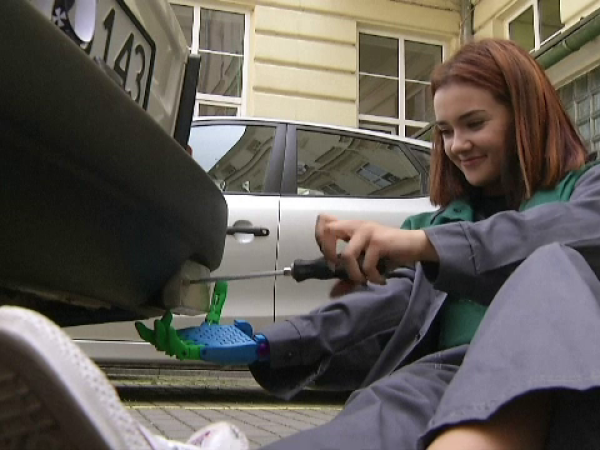 """""""Fericire facută din pastic"""". Cum au reușit niște elevi să ajute o colegă născută fără braț"""