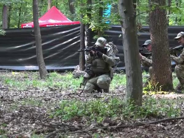 """Zeci de tineri """"înarmați"""" au luat cu asalt o pădure din Botoșani"""