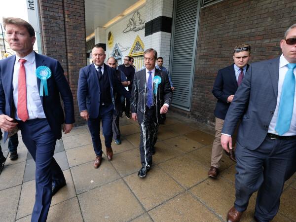 Liderul Partidului pentru Brexit, Nigel Farage, atacat cu milkshake