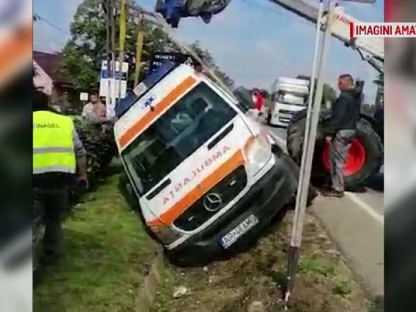 Ambulanță răsturnată într-un șant de un șofer neatent