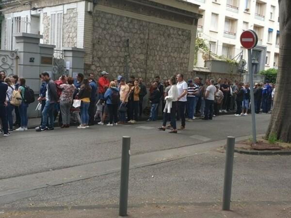 Românii stau la cozi, la secţiile de votare din Franța