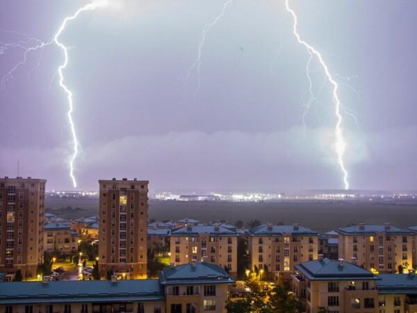 Cerul Capitalei brăzdat de sute de fulgere