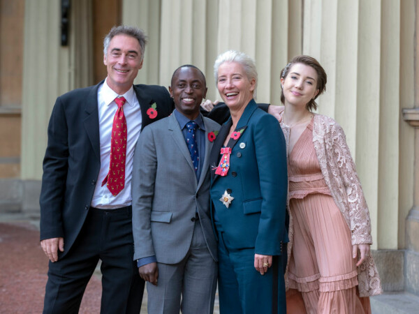 Emma Thompson decorată la palatul Buckingham