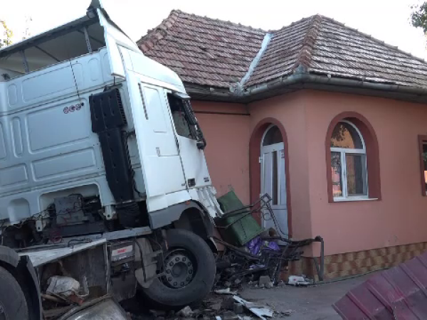TIR, scăpat de sub control în Botoșani