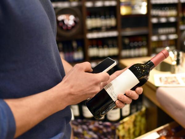 client cu o sticla de vin