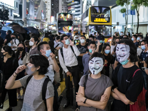 Proteste violente în Hong Kong după interzicerea măștilor la manifestații