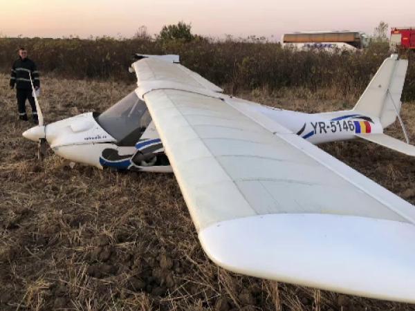 Filmul incidentului în care un avion a aterizat forțat pe un câmp de lângă autostrada A1