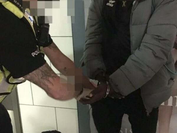 Tânăr încătușat la metroul din Londra