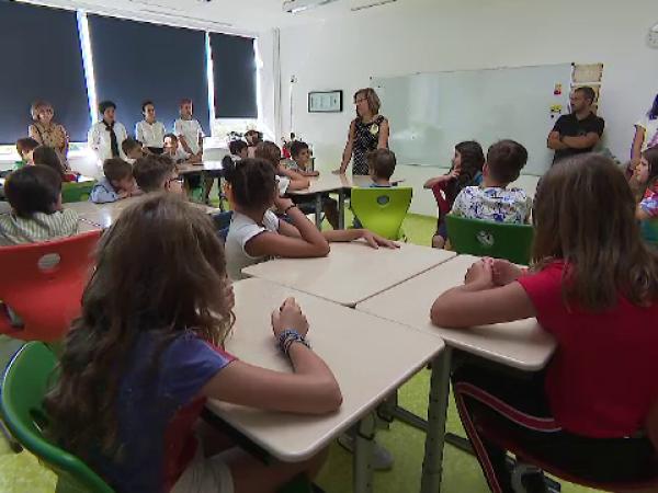 """Tot mai mulți copii merg la școli private. """"La stat trebuia să tocesc efectiv cartea"""""""