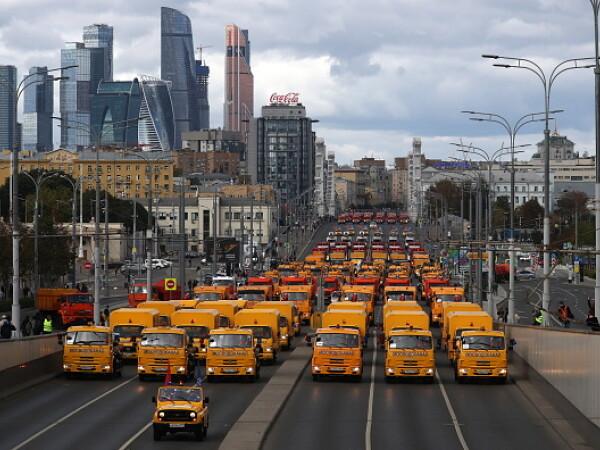 Demonstrație de forță în Moscova: sute de autobuze, maşini de curăţenie şi utilaje, pe străzi