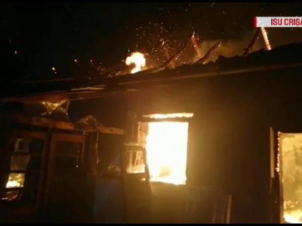 Noapte grea pentru pompierii bihoreni: Două incendii, în câteva ore