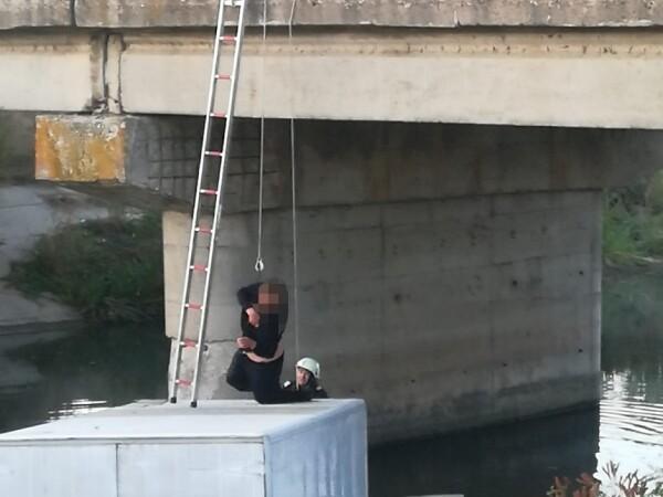 A petrecut o noapte întreagă pe capota mașinii după ce a căzut în canal.