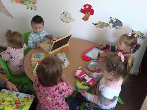 Creșe moderne, în satele din România. Cum au racționat copiii când au văzut jucăriile