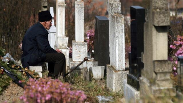Aprind focuri in cimitir ca sa incalzeasca sufletele mortilor!