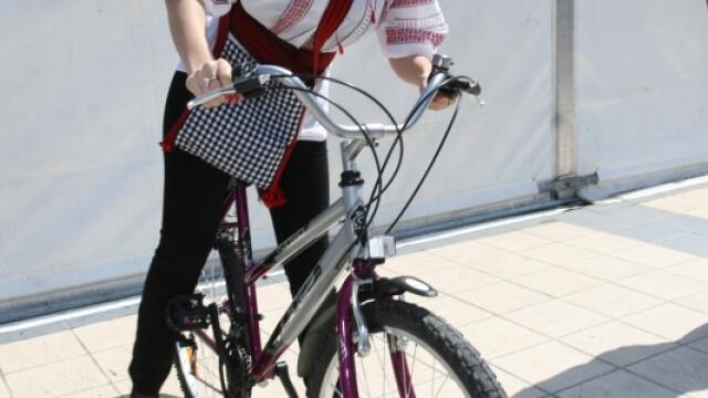 Elena Udrea, pe bicicleta, in ie si cu traista bucovineana! VEZI IMAGINI! - Imaginea 2