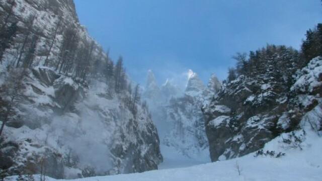 Peisaj de iarna la munte! Viscolul cucereste in fiecare zi inca un masiv